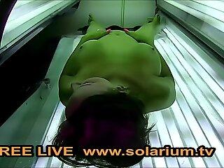 Solarium web cam Geile cougar mit geilenTitten fingert sich live www.solarium.tv
