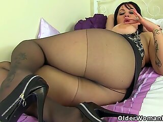 british milf Amber Leigh nails herself with a fake penis